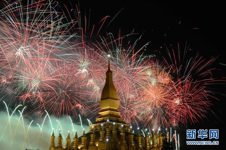 高清:老挝举行盛大烟火表演庆祝建国40周年