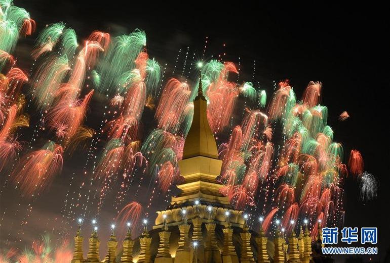 高清:老挝举行盛大烟火表演庆祝建国40周年【4】