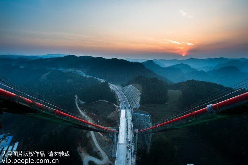 亚洲第一的山区双塔单跨钢桁梁悬索桥