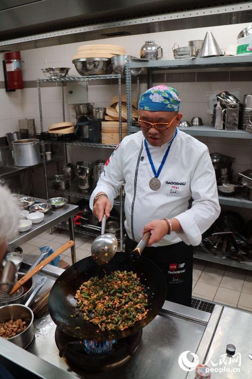 中餐赴以色列教女生提供为在以中国图片烹饪赤游客厨师胸图片
