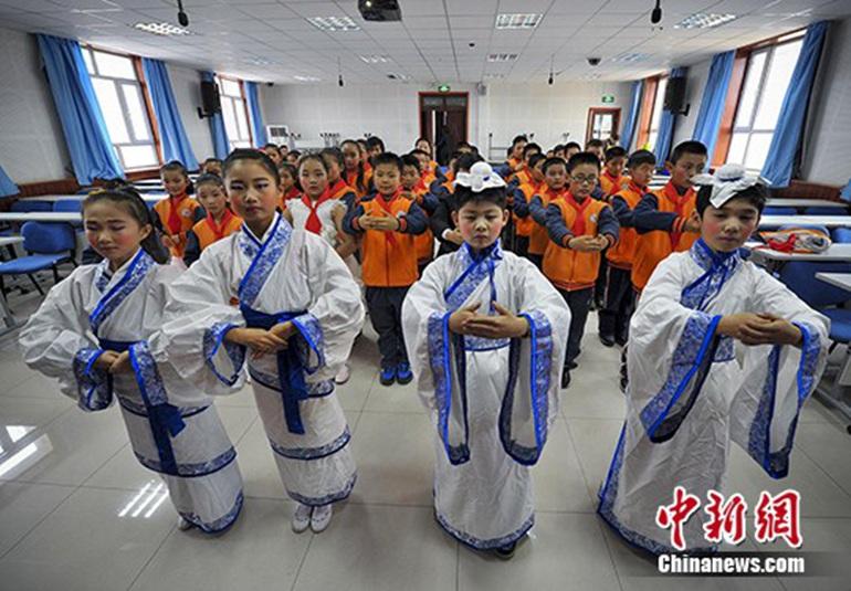 4名学生身穿汉服互相行汉礼,并为全班同学教授传统礼仪。 刘新 摄