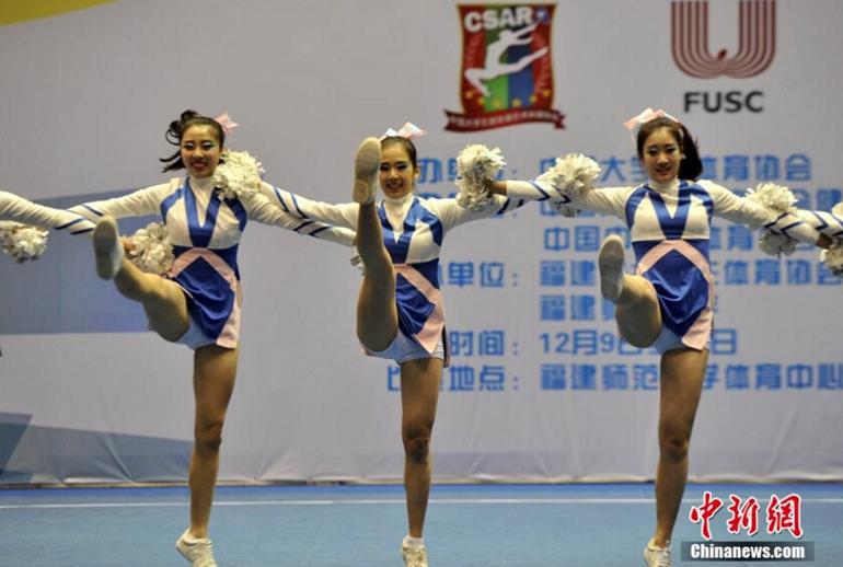 高清:中国大学生啦啦操冠军赛 美女上阵拼身姿