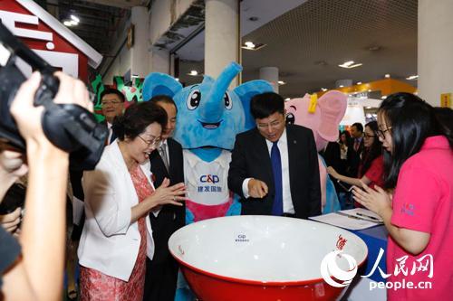 展會嘉賓,中國旅游研究院院長戴斌體驗廈門特色博餅文化