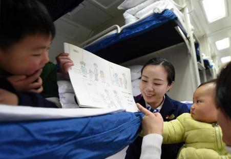 预备列车长手绘漫画提醒旅客乘车安全