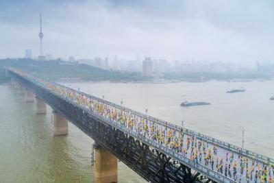 长江大桥上的马拉松