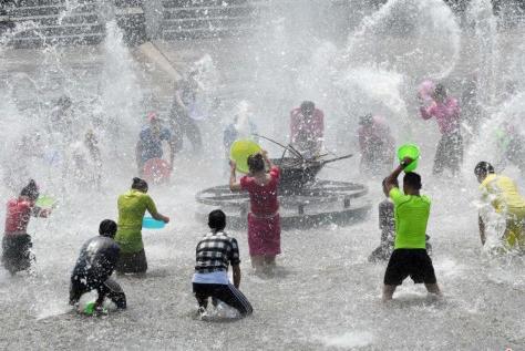 """云南勐腊""""泼水节"""" 民众戏水狂欢"""