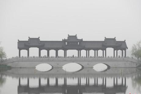 武汉局部遭遇大雾 景致如同水墨画