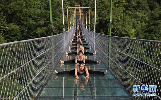 瑜伽爱好者悬索玻璃桥上秀瑜伽