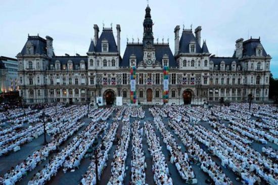 """巴黎""""白色晚宴"""":近7000人身着白优雅就餐(图)"""