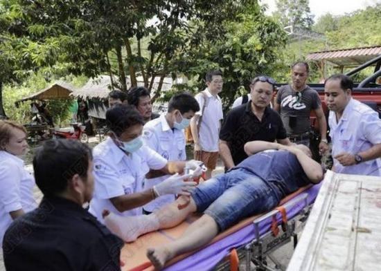 泰国大象受惊吓失控 4名中国游客被甩下受伤