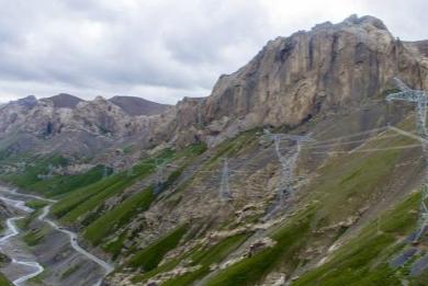 """""""飞阅""""天山 穿越新疆最美公路"""
