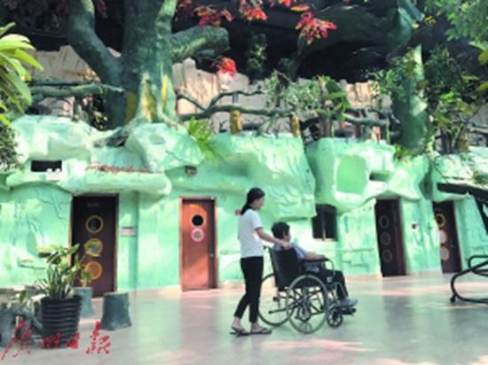 养老院里,护工在陪老人晒太阳。记者王其琪摄