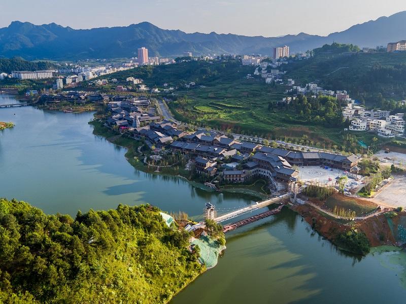 万达丹寨小镇位于贵州省丹寨县东湖湖畔,是一座以苗族、侗族特色为基础的民族风情小镇。