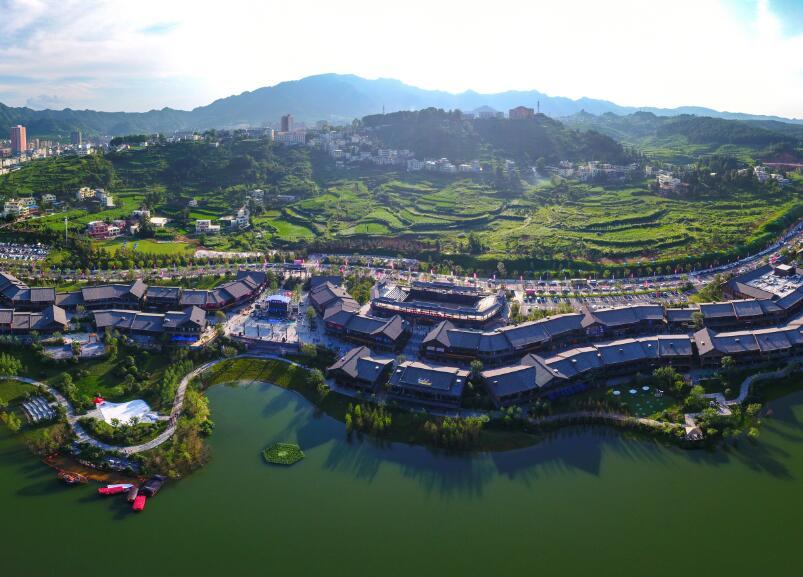 丹寨万达小镇位于丹寨县城东湖旁,建筑风格以苗、侗、水等少数民族传统建筑特色为主。