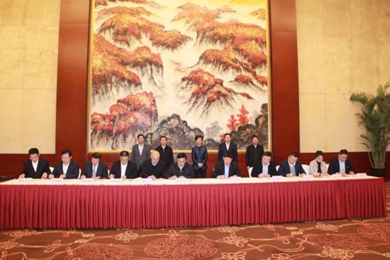 同程旅游副总裁、同程文旅CEO王凯(前排右一)代表同程旅游与铜仁旅发委签约