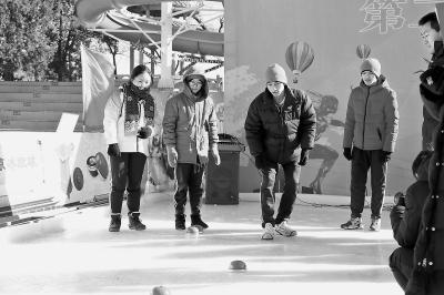 老北京冰上游戏焕发新活力 冰蹴球备受民众喜爱