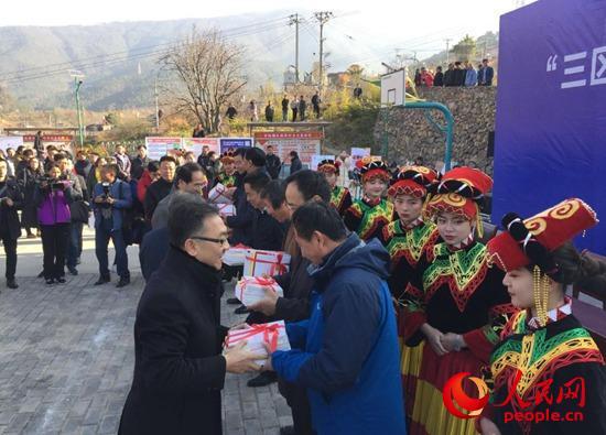 活动现场的赠书仪式。人民网 毕光南摄
