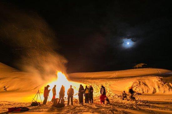 新奥尔松极夜中的人们过新年
