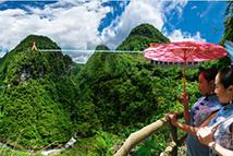 全国首座峡谷9D玻璃悬索桥正式营业