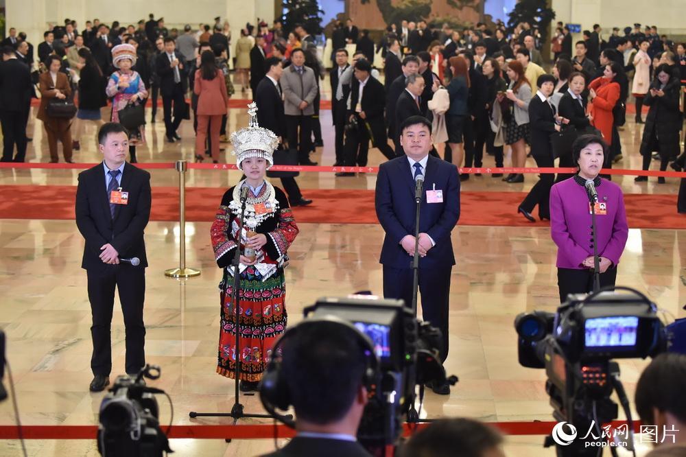 """旅游扶贫效果显著 基层人大代表感触尤深  3月5日,第十三届全国人大一次会议在北京召开。开幕会前,明升大会堂中央大厅举办了首场""""代表通道""""集中采访。多位来自基层的人大代表都谈到了旅游为生活带来的变化,旅游扶贫效果显著。[详细]"""
