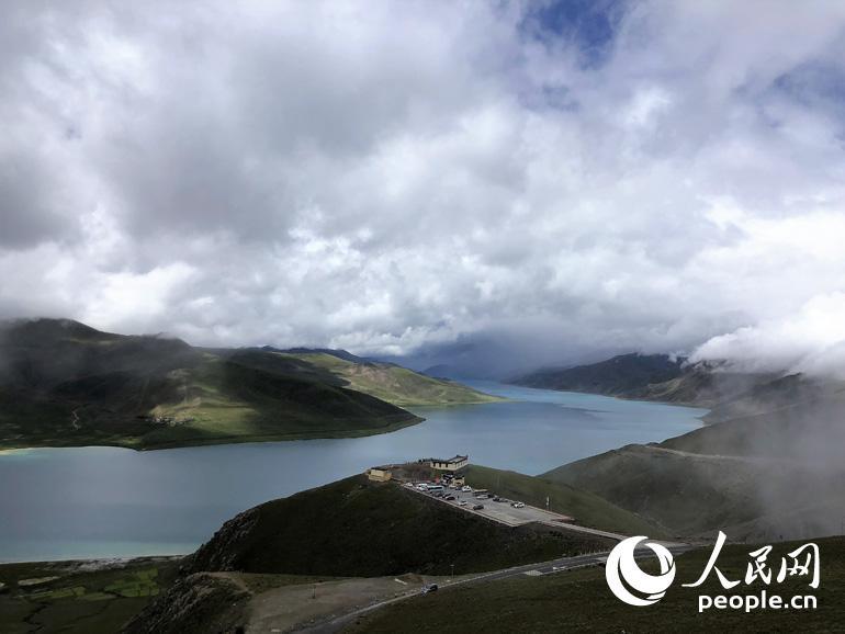 周围山脉海拔最高的达7000多米,湖光山色,景色如画,仿如置身人间仙境,让人流连忘返。人民网记者 王京 摄