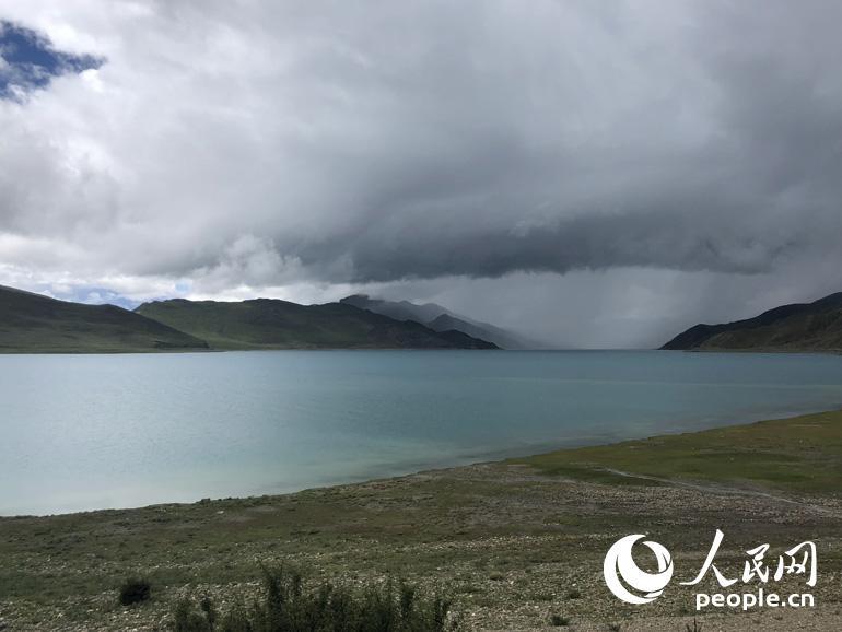 湖泊蜿蜒在群山中达一百三十多公里,只有在地图或是高空你才能惊喜的发现她犹如耳坠,镶嵌在山的耳轮之上。人民网记者 王京 摄
