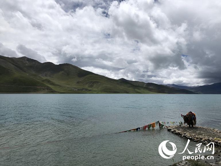 雪峰悠然凌驾于圣湖之上的,这是拉轨岗日山的主峰——宁金抗沙峰。人民网记者 王京 摄