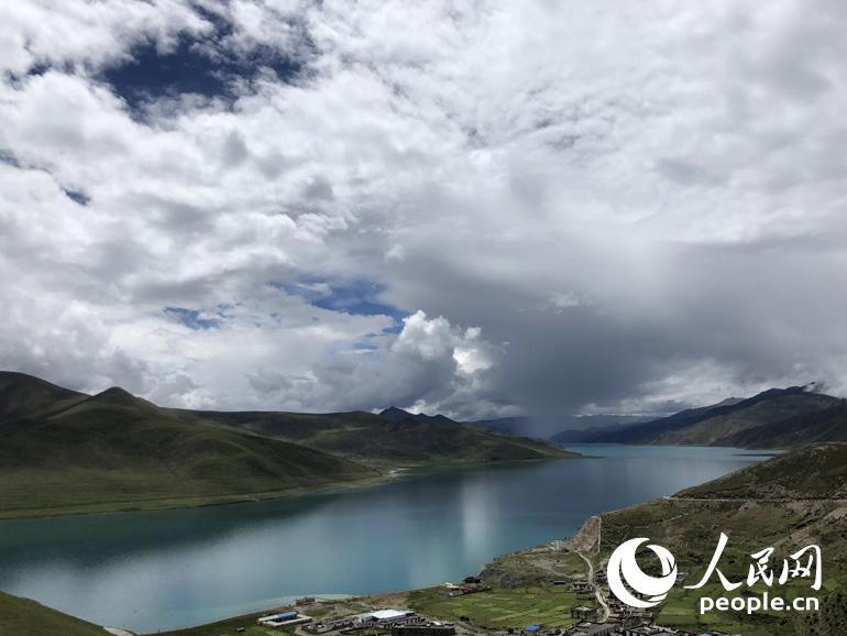 """羊卓雍措被誉为世界上最美丽的水。羊卓雍措,""""羊"""",上面;""""卓"""",牧场;""""雍"""",碧玉;""""错""""湖。连起来就是""""上面牧场的碧玉之湖""""。人民网记者 王京 摄"""