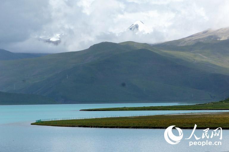 不同时刻阳光照射下,湖水会显现出层次极其丰富的蓝色,好似梦幻一般。人民网记者 王京 摄