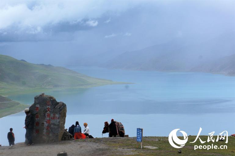 """当地藏族人民用民歌赞美羊卓雍错:""""天上的仙境,人间的羊卓。天上的繁星,湖畔的牛羊。""""人民网记者 王京 摄"""