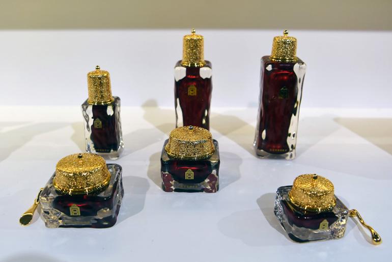 故宫博物院和紫檀博物馆合作推出丽质华堂故宫紫檀护肤品。