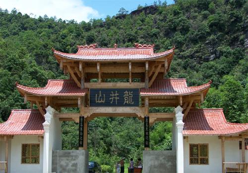 龙井山位于武夷山自然风景区东南面8公里,北距武夷山市区12公里处.