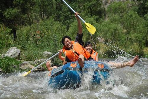 景区东连红旗渠首,西接大禹岛,四周奇峰翠,谷中悬瀑泻,是人们休闲度假