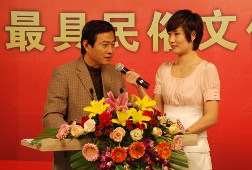 主持人现场采访河南省开封市旅游局副局长夏丰