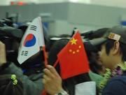 游客手中的中国国旗与韩国国旗