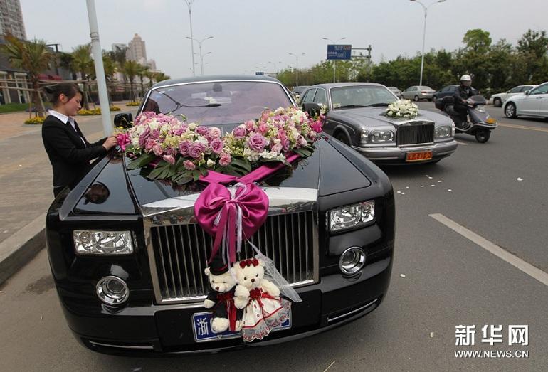 温州超豪华婚车队 劳斯莱斯等26辆豪车估价上亿(组图)